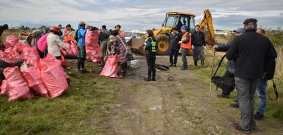 Durante la limpieza se desplegó maquinaria pesada, un camión, camionetas y artículos de seguridad.