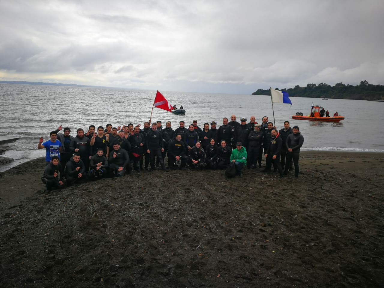 Diario Puerto Varas Club Cangrejos. 33 buzos voluntarios extraen 1.5 toneladas de basura del lago Llanquihue