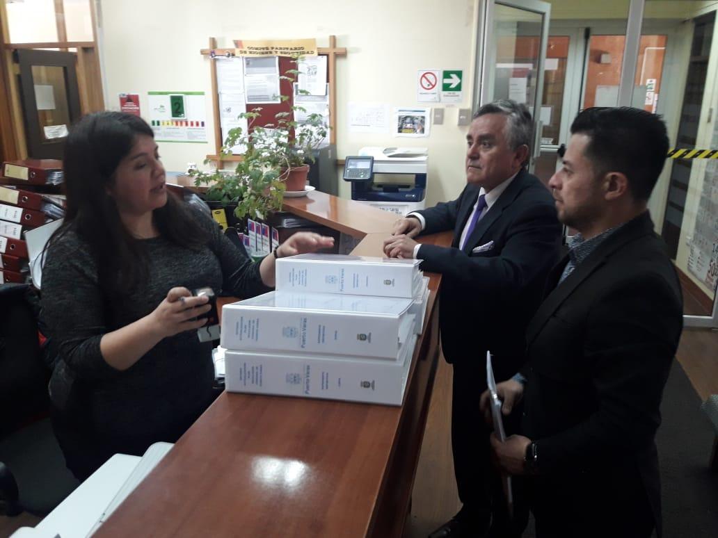 Alcalde de Puerto Varas Ramón Bahamonde y Asesor Urbanista Andrés Saldivia entregando el PRC de Puerto Varas al MINVU - Diario Puerto Varas