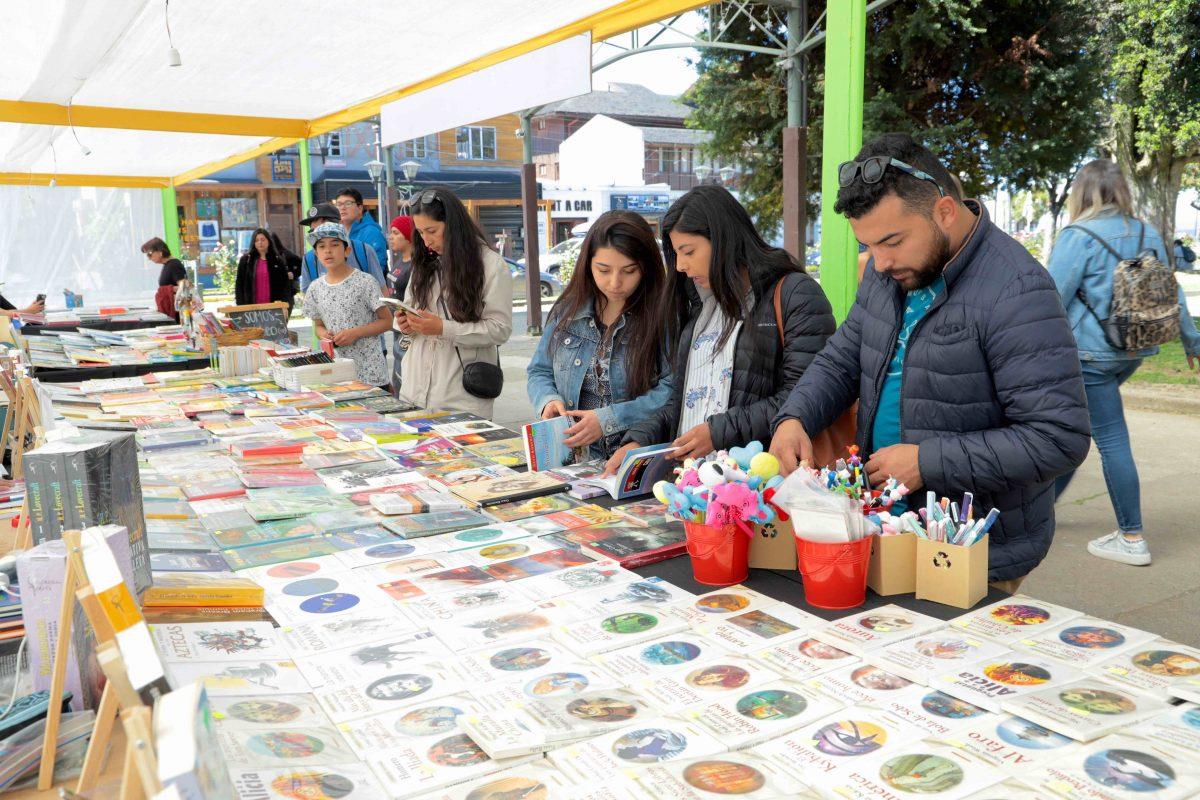 Feria del Libro en calle techada Santa Rosa - Diario Puerto Varas