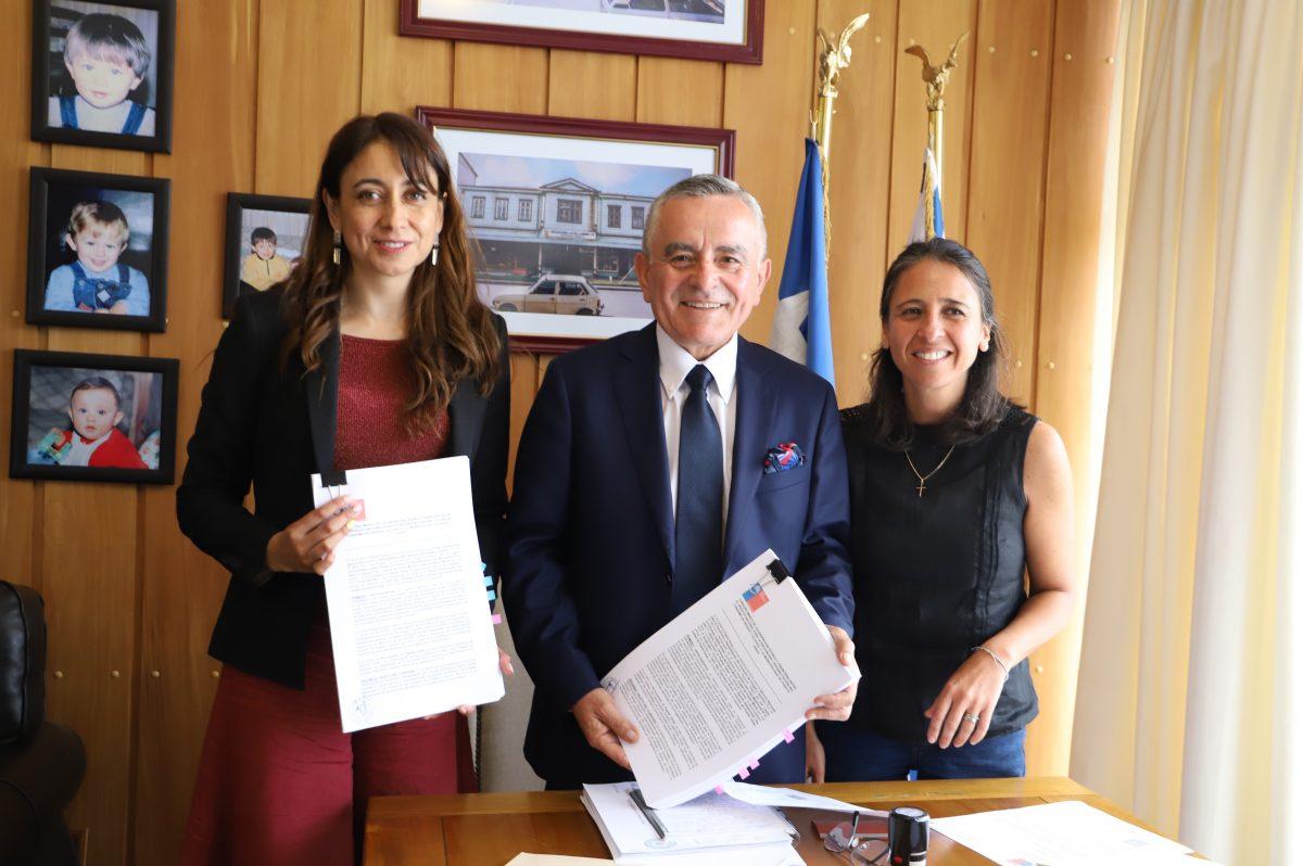 El alcalde Ramón Bahamonde y la directora regional de SENDA Los Lagos, Andrea Castillo, firmaron el convenio por Plan Nacional Elige Vivir sin Drogas de SENDA - Diario Puerto Varas